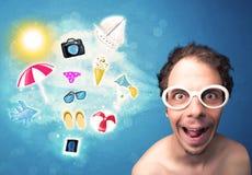 Homem alegre feliz com os óculos de sol que olham ícones do verão Fotografia de Stock Royalty Free