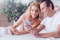 Homem alegre feliz que senta-se junto com sua esposa fotografia de stock