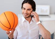 Homem alegre que guarda a bola da cesta Fotografia de Stock Royalty Free