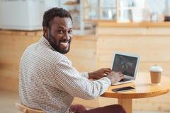 Homem alegre que sorri ao criar a apresentação Fotos de Stock