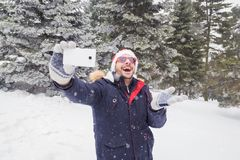 Homem alegre que toma o autorretrato usando seu telefone esperto fotografia de stock royalty free