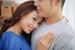 Homem amado de abraço da mulher asiática encantador fotografia de stock royalty free
