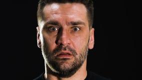 Homem amedrontado isolado no fundo preto, transtorno mental, cena do horror vídeos de arquivo