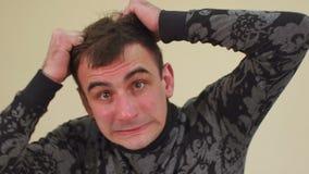 Homem amedrontado que rasga através de seu cabelo filme