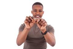 Homem americano africano novo que quebra um cigarro Fotografia de Stock Royalty Free
