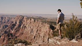 Homem americano local adulto novo feliz excitado pelo cenário ensolarado épico do verão do parque nacional famoso EUA de Grand Ca video estoque