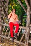Homem americano novo de Africain que trabalha fora no parque em New York foto de stock