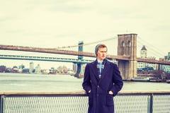Homem americano novo que viaja em New York no inverno Fotos de Stock