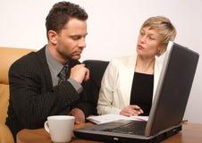 Homem & mulher de negócio que trabalham junto foto de stock royalty free