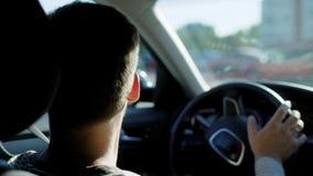 Homem anônimo que conduz o carro video estoque