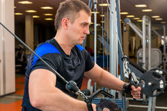 Homem 30 anos, contratados no gym Foto de Stock Royalty Free