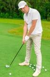Homem 30 anos em um campo de golfe com um clube de golfe Fotografia de Stock