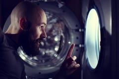 Homem ao lado da máquina de lavar foto de stock royalty free