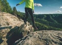 Homem ao saltar durante uma fuga que corre nas montanhas fotos de stock