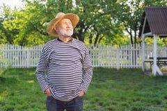 homem aposentado Cinzento-de cabelo que aprecia a natureza ao estar exterior imagens de stock