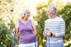 Homem aposentado e mulher que sorriem em se no amor fotos de stock