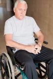 Homem aposentado na cadeira de rodas foto de stock