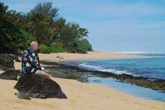 Homem aposentado na praia tropical da ilha imagem de stock royalty free