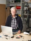 Homem aposentado no trabalho foto de stock