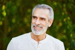 Homem aposentado sênior que sorri com alegria fotos de stock