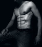 Homem apto com os músculos 'sexy' do Abs Imagens de Stock