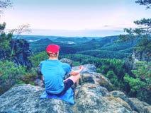 Homem apto que medita a ioga na rocha no nascer do sol bonito imagens de stock royalty free