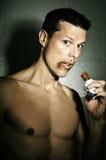 Homem apto travado comendo doces fotografia de stock royalty free