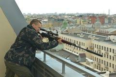 Homem armado com arma Fotografia de Stock