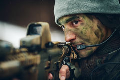 Homem armado na camuflagem com arma do atirador furtivo Imagens de Stock Royalty Free