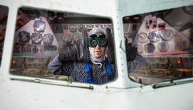 Homem arrepiante engraçado dentro da nave espacial Imagem de Stock Royalty Free