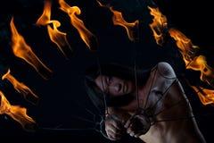 Homem asiático com mostra do incêndio Foto de Stock