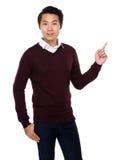 Homem asiático com ponto do dedo acima Foto de Stock Royalty Free