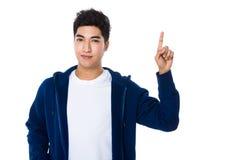Homem asiático com ponto do dedo acima Fotografia de Stock Royalty Free