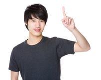 Homem asiático com ponto do dedo acima Imagens de Stock Royalty Free