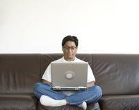 Homem asiático com portátil imagens de stock royalty free