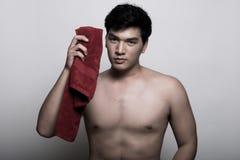 Homem asiático com a toalha na mão Imagem de Stock