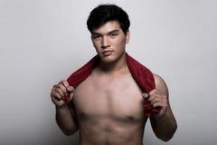 Homem asiático com a toalha na mão Fotos de Stock Royalty Free