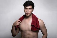 Homem asiático com a toalha na mão Imagem de Stock Royalty Free