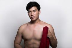 Homem asiático com a toalha na mão Imagens de Stock Royalty Free