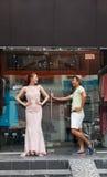 Homem asiático da janela da loja de roupa do vestido da forma e imagens de stock