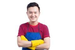 Homem asiático de sorriso considerável que faz trabalhos domésticos Isolado sobre o branco foto de stock royalty free