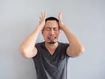 Homem asiático do grito no t-shirt preto Imagens de Stock