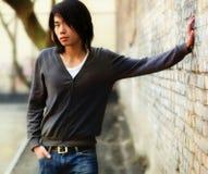 Homem asiático e tijolo do outono wal Imagens de Stock Royalty Free