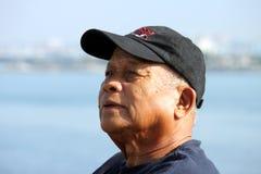 Homem asiático idoso que olha acima acima fotos de stock