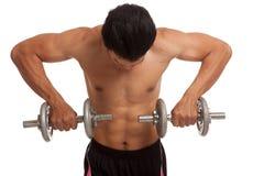 Homem asiático muscular com peso Fotografia de Stock Royalty Free