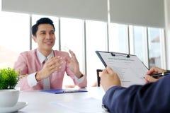 Homem asiático na entrevista de trabalho no fundo do escritório, procura de emprego, ônibus fotos de stock