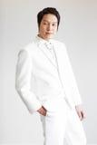 Homem asiático no terno Tome a foto no estúdio imagem de stock royalty free