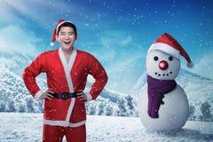 Homem asiático no traje de claus do sata no campo de neve Fotografia de Stock