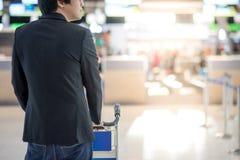 Homem asiático novo com o trole do aitport no terminal de aeroporto Fotos de Stock