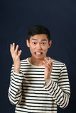 Homem asiático novo desagradado que gesticula com duas mãos Imagem de Stock Royalty Free